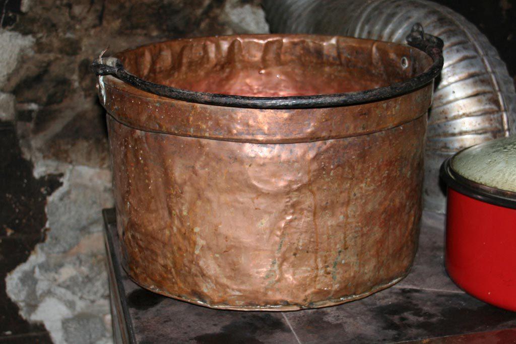 Un grand chaudron en cuivre