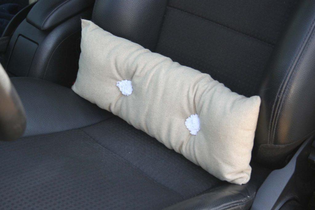 Coussin cale reins en lin et laine dans la voiture