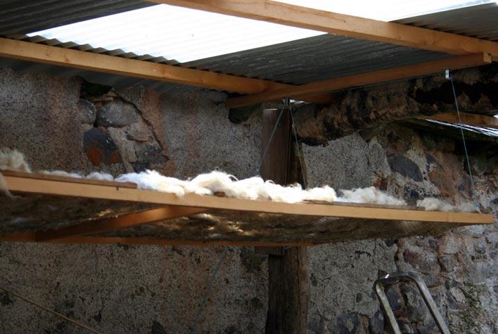 L'air pouvant pénétrer facilement de tous les côtés, la laine sèche rapidement